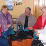 учасники клубу Пролісок плетуть теплі речі для учасників АТО